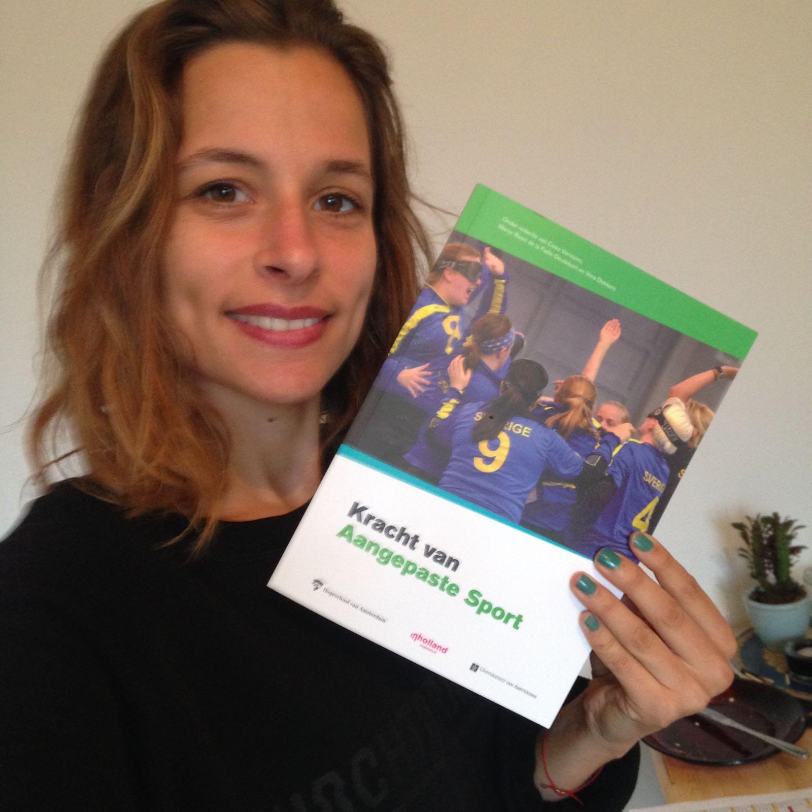 "Maaike met boek ""Kracht van Sport"""